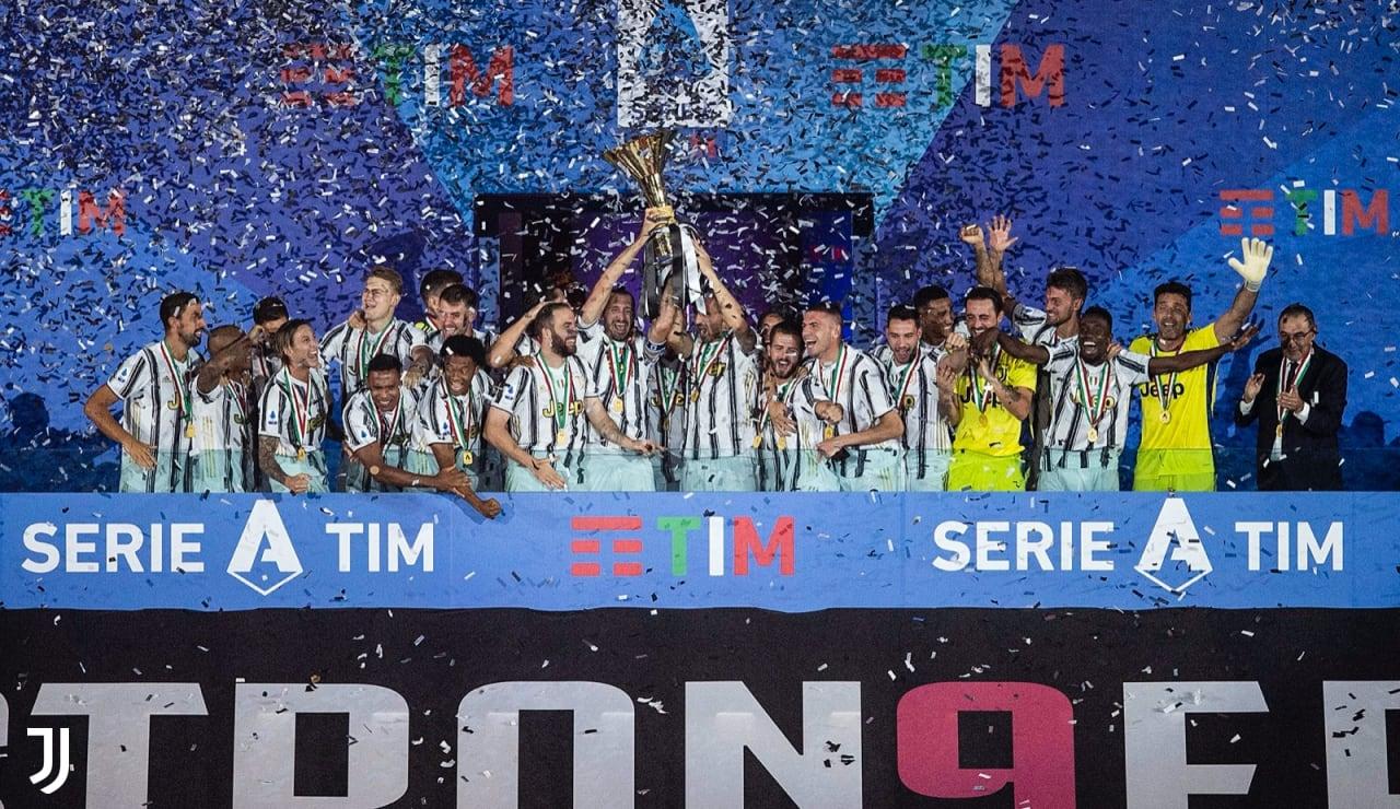 Levantando la copa #Stron9er - Juventus
