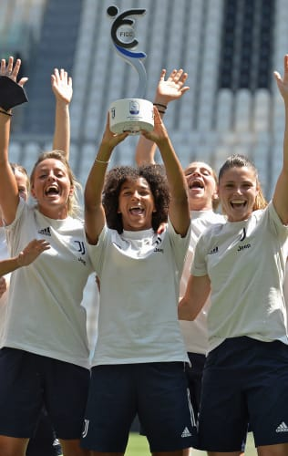 La coppa dello Scudetto alle Juventus Women!